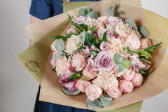 Fille de fleuriste avec les fleurs riches de groupe Bouquet frais de source Fond d'été Fleur de jeune femme pour l'anniversaire o Photographie stock