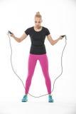 Fille de forme physique avec la corde à sauter Images stock