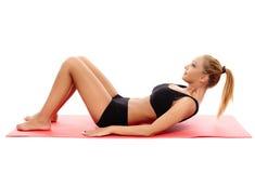 Fille de forme physique faisant l'ABS Photos stock
