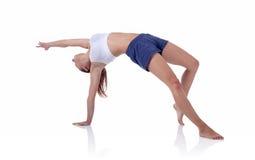 Fille de forme physique faisant l'exercice sur le tapis photos libres de droits