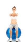 Fille de forme physique tenant exercer la boule photo stock