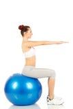 Fille de forme physique tenant exercer la boule photo libre de droits