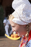 Fille de fromage au marché de fromage à Alkmaar, Hollande Photographie stock libre de droits
