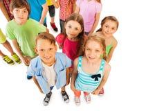 Fille de garçon et groupe de vue d'amis d'en haut Photographie stock libre de droits