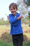 Fille de garçon manqué posant et riant Images stock