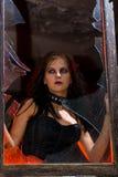 Fille de Goth dans l'hublot Photos stock