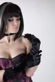 Fille de Goth dans le corset pourpre et les gants noirs Images libres de droits