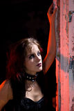 Fille de Goth regardant à l'extérieur l'hublot Image stock