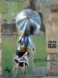 Fille de graffiti avec le parapluie, Valparaiso Images stock