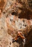 Fille de grimpeur de roche dans Geyikbayiri Images libres de droits