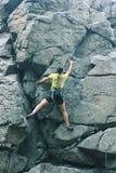 Fille de grimpeur sur la roche images stock