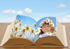 Fille de guirlande dans le livre image stock