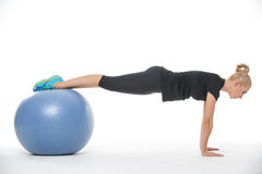 Fille de gymnaste avec le fitball Photo libre de droits