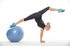 Fille de gymnaste avec le fitball Photo stock