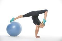 Fille de gymnaste avec le fitball Photographie stock