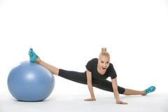 Fille de gymnaste avec le fitball Photographie stock libre de droits