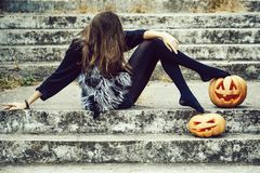 Fille de Halloween avec le potiron photo libre de droits