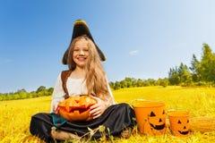 Fille de Halloween dans le costume d'une séance de pirate Photos libres de droits