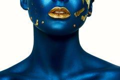 Fille de Halloween de beauté avec les lèvres bleues de peau et d'or Photographie stock