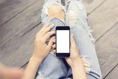 Fille de hippie avec le téléphone portable vide photographie stock libre de droits