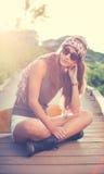 Fille de hippie avec les lunettes de soleil de port de panneau de patin image stock