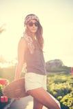 Fille de hippie avec les lunettes de soleil de port de panneau de patin images stock
