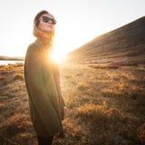 Fille de hippie dans des lunettes de soleil ext?rieures photos libres de droits
