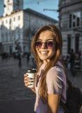 Fille de hippie dans des lunettes de soleil tenant la tasse de café Photos stock