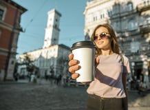 Fille de hippie dans des lunettes de soleil tenant la tasse de café Images libres de droits