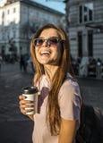Fille de hippie dans des lunettes de soleil tenant la tasse de café Photo stock