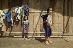 Fille de Hmong avec le frère, Laos Image stock
