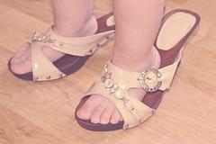 Fille de jambes dans des chaussures adultes sa mère photos libres de droits