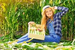 Fille de jeune exploitant agricole sur le champ de maïs photographie stock libre de droits