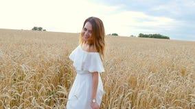 Fille de jeune femme dans la robe blanche fonctionnant sur le champ clips vidéos