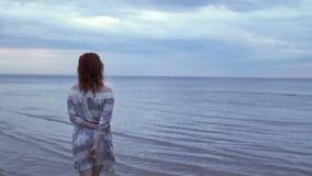Fille de jeune femme dans une robe blanche se tenant et marchant dans le premier plan et appréciant le ciel de nature - scénique  clips vidéos