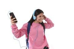 Fille de jeune femme ou d'étudiant avec le téléphone portable écoutant des écouteurs de musique chantant et dansant Photographie stock libre de droits