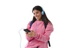 Fille de jeune femme ou d'étudiant avec le téléphone portable écoutant des écouteurs de musique chantant et dansant Image stock