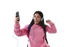 Fille de jeune femme ou d'étudiant avec le téléphone portable écoutant des écouteurs de musique chantant et dansant Photos stock