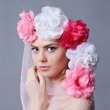 Fille de jeune mariée de ressort avec le voile floral Image libre de droits