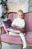 Fille de Joyeux Noël et bonnes fêtes de Litl jouant près de l'arbre de Noël image stock