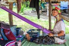 Fille de Kayan avec le métier à tisser Photographie stock libre de droits