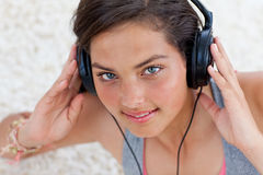 Fille de l'adolescence écoutant la musique Photographie stock