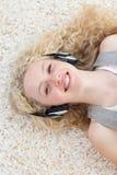 Fille de l'adolescence écoutant la musique Images stock