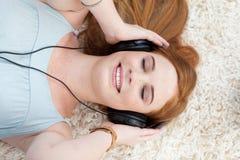 Fille de l'adolescence écoutant la musique Photo stock