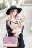 Fille de l'adolescence élégante avec des fleurs Photo libre de droits