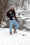 Fille de l'adolescence avec des patins de glace dans la neige Photos stock