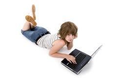 Fille de l'adolescence avec l'ordinateur portatif Photo libre de droits