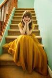 Fille de l'adolescence avec la robe et les espadrilles formelles de bal d'étudiants Photographie stock libre de droits