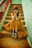 Fille de l'adolescence avec la robe et les espadrilles formelles de bal d'étudiants Image libre de droits