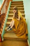 Fille de l'adolescence avec la robe et les espadrilles formelles de bal d'étudiants Photo stock